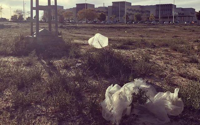 plásticos abandonados en Hospital Vinalopó de Elche